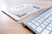 Das Bild zeigt ein Tablet sowie eine PC-Tastatur.